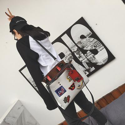 Стилна голяма дамска чанта в бял и черен цвят, с бродирана декорация