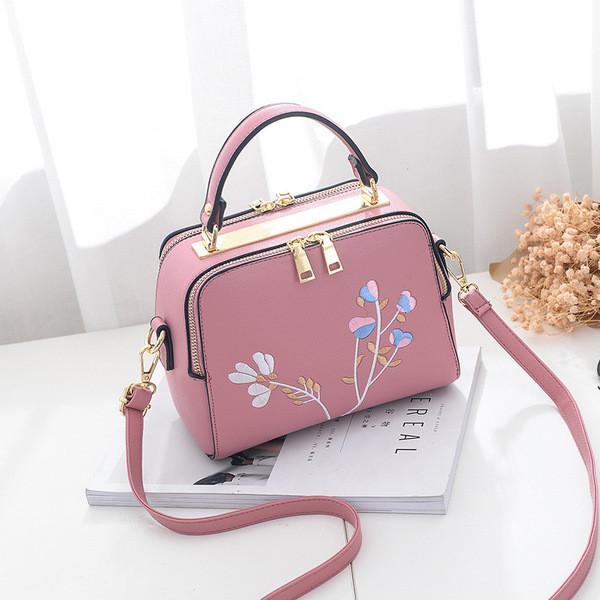 062d674139f Мини дамска чанта с бродерия в пет цвята и с две дръжки - Badu.bg - Светът  в ръцете ти