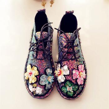 Много красиви дамски ежедневни обувки с цветя и брокат