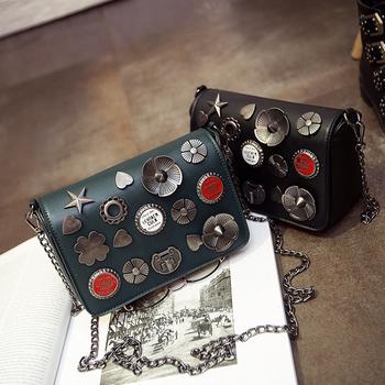 Дамска чанта с дълга верижка за през рамо и сребристи орнаменти