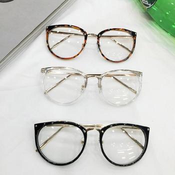 Много стилни очила с бели стъкла и рамки в три различни цвята