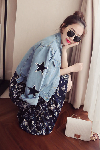 Много модерно дамско дънково яке със перлени звезди на ръкавите