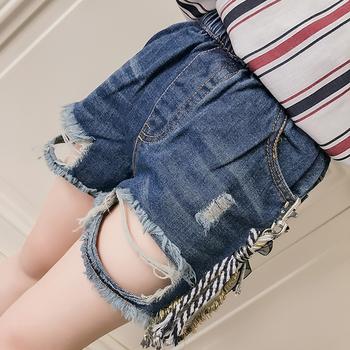 Много модерни къси разкъсани дънкови панталони за момиче