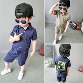 Модерно детско комплектче за момче включващо ризка и късо панталонче в два цвята с камофлажен мотив на гърба