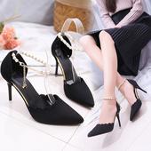 Много нежни дамски обувки на висок ток с красива перлена закопчалка