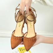 Много модерни дамски обувки на висок ток със златисти нитове