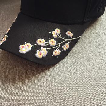 Бейзболна дамска шапка с много красива бродерия