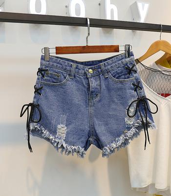 Къси дамски дънкови панталони с много интересни връзки по крачола