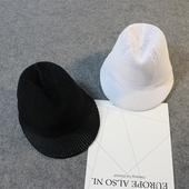 Стилна плетена шапка с козирка
