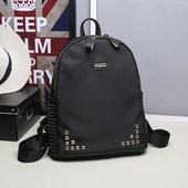Много стилна чанта с дълги дръжки за през рамо и златисти нитове
