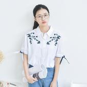 Актуален модел дамска риза с къс ръкав с бродирани флорални елементи