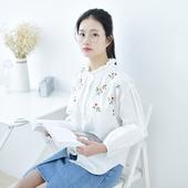 Много нежна дамска бяла риза с дълъг ръкав и красива бродерия на цветчета