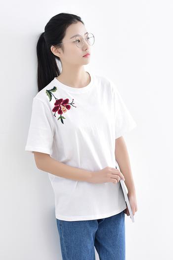13d170cf470 Спортна дамска тениска с къс 3/4 ръкав и модерна бродерия на рамото ...