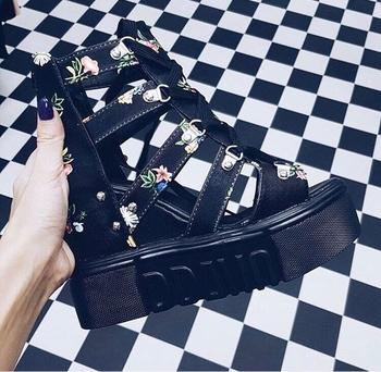 Стилни дамски сандали на платформи в бял и черен с флорални мотиви