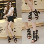 Дамски обувки с дебел ток в черен цвят с каишки