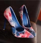 Дамски обувки на висок ток, леко заострени, във флорален мотив