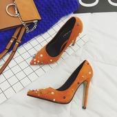 Дамски обувки на висок ток, заострени с декорация перли и метални елементи