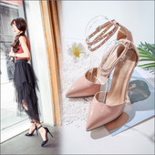 Елегантни дамски обувки на висок ток с каишка с метални елементи