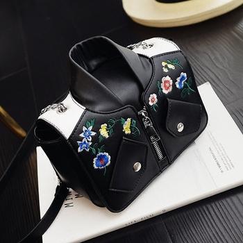 Стилна дамска чанта във формата на яке в черен и розов цвят с бродирана декорация на цветя