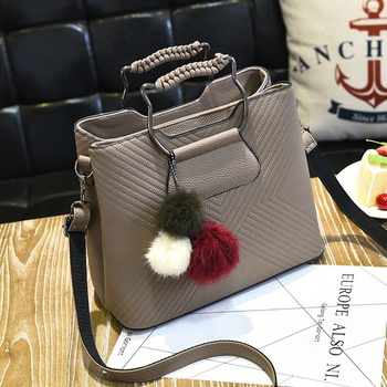 Стилна дамска чанта с две дръжки и в няколко цвята с пуче