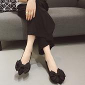 Черни дамски много интересни обувкички с висок три сантиметров ток и много красива панделка