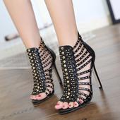 Модерни обувки на висок ток в римски стил с капси