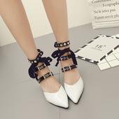 Стилни дамски обувки на висок ток с много интересни катарами за закопчаване около глезена