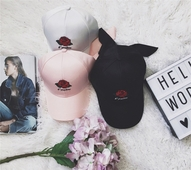 Страхотни дамски бейзболни шапки с много интересна бродирана розичка