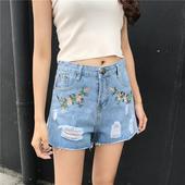 Модерни дамски къси панталони с флорална бродерия, леко накъсани и с висока талия