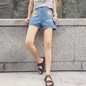 Модерни дамски къси панталони в широк модел с апликация и с висока талия