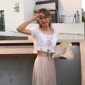 Свежа лятна къса дамска риза с къс ръкав в бял цвят