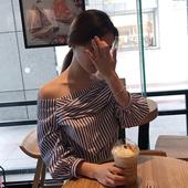 Лятна дамска риза с паднало рамо в в раиран цвят - широк модел