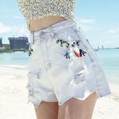 Стилни дамски къси панталони в бял и сив цвят с висока талия и с пискюли