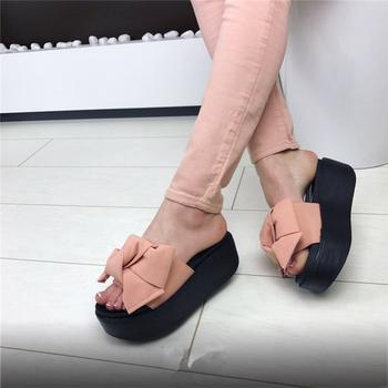 Γυναικειίες παντόφλες με  υψηλή τακούνι πολύ όμορφη κορδέλα