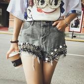 Стилни и модерни къси дънкови панталони с масивна декорация и с висока талия