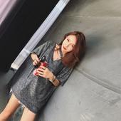 Стилен дамски блузон с 3/4 ръкави и V-образно деколте в лъскав цвят