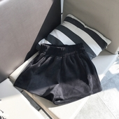 Кадифени дамски къси панталони с еластична талия в черен цвят