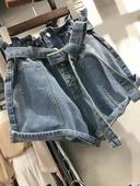 Интересен модел дънкови къси панталони с копчета и колан