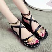 Стилни дамски сандали с кръстосани каишки и метална декорация