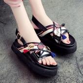 Много модерни дамски сандали в бял и черен цвят
