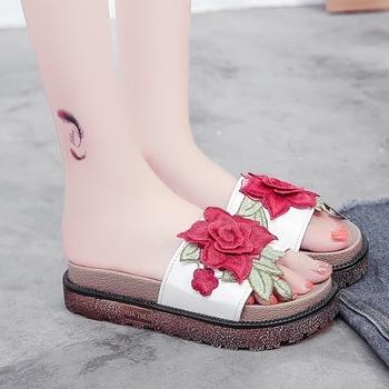Μοντέρνες Γυναικείες παντόφλες σε  πλατφόρμα με κεντήματα λουλουδιών