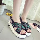 Дамски сандали с кръстосани каишки и камъни и с удобна платформа
