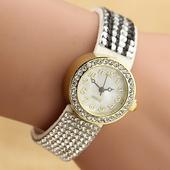 Интересен дамски часовник с много красиви камъчета по верижката