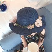 Сладка детска шапка за момичета в син и бежов цвят с декорация цветя