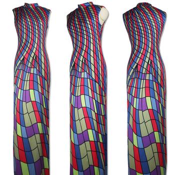 Страхотна дълга дамска рокля с много красиви шарени геометрични фигурки