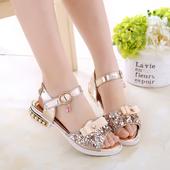 Лъскави детски сандали за момичета с лек ток с мъниста в сребърен, златен и розов цвят