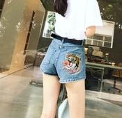 Къси дънкови дамски панталони с бродерия на задния джоб