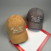 Стилна дамска шапка с козирка и надпис