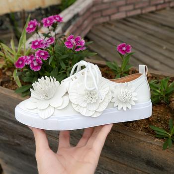 Όμορφα γυναικεία πάνινα παπούτσια με διακόσμηση λουλουδιών κατάλληλα για  την καθημερινή ζωή 407e0d4cd55