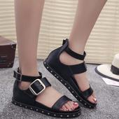 Красиви кожени дамски сандали с метална декорация и катарама в черен цвят